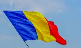 Rumänsk färgrik flagga i vinden fotografering för bildbyråer