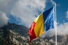 Rumänsk flagga och Carpathiansna Royaltyfri Fotografi