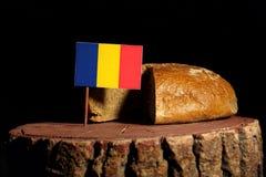 Rumänsk flagga på en stubbe med bröd Arkivbilder