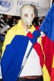 Rumänsk gasmaskperson som protesterar mot Rosia Montana  Royaltyfri Bild