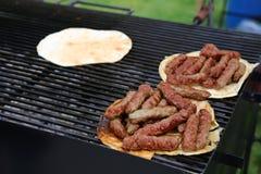 Rumänsk grillfest mici med pitabröd Royaltyfri Bild