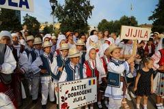 Rumänsk grupp av dansare i traditionella dräkter på den internationella folklorefestivalen för barn och guld- fisk för ungdom Royaltyfri Fotografi