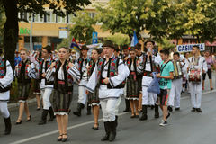 Rumänsk grupp av dansare i traditionella dräkter på den internationella folklorefestivalen för barn och guld- fisk för ungdom Arkivbilder