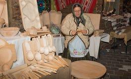 Rumänsk kvinna i traditionell kläder arkivbild