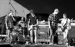 Rumänsk rockband för källa på den Oktober festen Arkivbild