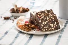 Rumänsk salamikaka med kakao, turkisk fröjd och valnötter Arkivfoto