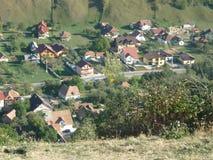 Rumänsk by som poseras från över royaltyfri fotografi