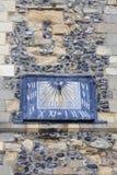 rumänsk stilkyrka för 12th århundrade av St Mary oskulden, solur, Dover, Förenade kungariket Arkivfoto