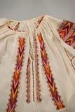 Rumänsk traditionell blus - texturer och traditionella motiv arkivbild