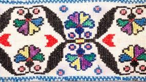 Rumänsk traditionell blus - texturer och traditionella motiv royaltyfri foto