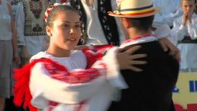 Rumänsk traditionell dans på den internationella folklorefestivalen stock video