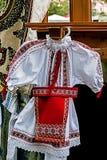 Rumänsk traditionell dräkt för liten flicka Fotografering för Bildbyråer