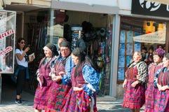 Rumänsk traditionell folkdansgrupp royaltyfri bild