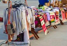Rumänsk traditionell kläder Arkivfoto