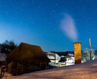 Rumänsk by under stjärnorna Arkivbild