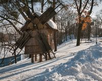Rumänsk vykort för vinter med väderkvarnar Arkivbilder