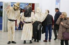 Rumänska dräkter och maskeringar på turismmässan, Bucharest, Rumänien - royaltyfri foto