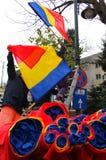 Rumänska flaggor på poler, i Bucharest, Rumänien Fotografering för Bildbyråer