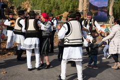 Rumänska folk dansare som dansar i traditionella dräkter Arkivfoton