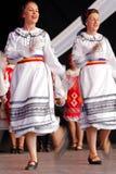 Rumänska folk dansare utför i en show 2 royaltyfri fotografi