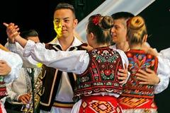 Rumänska folk dansare utför i en show 3 arkivfoto