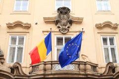 Rumänska och européflaggor Arkivfoton