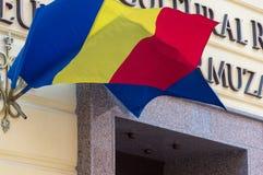 Rumänska och europeiska fackliga flaggor wawing i brisen Royaltyfria Foton