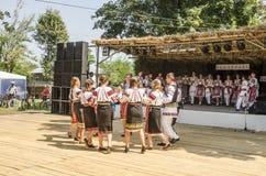 Rumänska traditionella danser royaltyfri fotografi