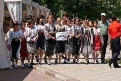 Rumänska traditionella dräkter ståtar Fotografering för Bildbyråer
