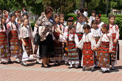 Rumänska traditionella dräkter ståtar Arkivbilder
