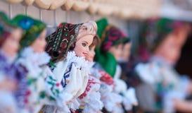 Rumänska traditionella färgrika handgjorda dockor, slut upp Dockor som ska säljs på souvenirmarknaden i Rumänien Gåvadockor Royaltyfri Bild