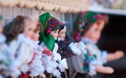 Rumänska traditionella färgrika handgjorda dockor, slut upp Dockor som ska säljs på souvenirmarknaden i Rumänien Gåvadockor Royaltyfria Bilder