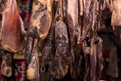 Rumänska traditionella köttprodukter i smokehouse Royaltyfri Foto