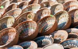 Rumänska traditionella keramiska plattor, Rumänien Rumänska traditionella keramiska i plattorna bildar, målat med specifika anled Arkivfoto