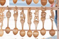 Rumänska traditionella träskedar Uppsättning av handcrafted träskedar i en rumänsk marknad Royaltyfri Bild