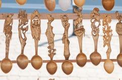 Rumänska traditionella träskedar Uppsättning av handcrafted träskedar i en rumänsk marknad Royaltyfri Fotografi