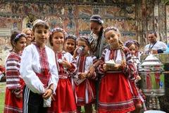 Rumänska ungar som firar traditioner i nationell klänning Royaltyfria Bilder