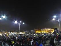 Rumänskt folk som förenas mot korruption och missbruk Arkivbild