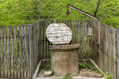 Rumänskt gammalt vatten väl i bygden Fotografering för Bildbyråer