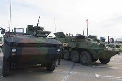 Rumänskt och USA APC med NATO-husvagnen Arkivfoton