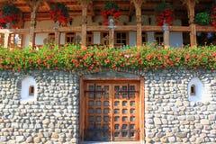 Rumänskt traditionellt hus i Maramures Arkivbilder