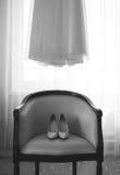 Rum av bruden och att gifta sig skor på stol och klänningen Arkivbild