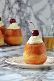 Rum Baba Dessert Stockfoto