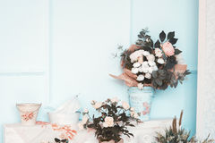 Rum dekoreras beautifully med färgrika blommor Royaltyfria Foton