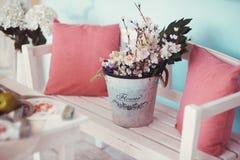 Rum dekoreras beautifully med färgrika blommor royaltyfri foto