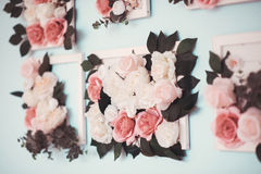 Rum dekoreras beautifully med färgrika blommor arkivfoto