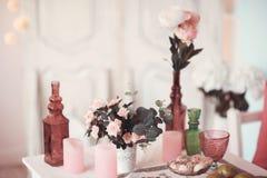 Rum dekoreras beautifully med färgrika blommor royaltyfria bilder