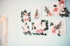 Rum dekoreras beautifully med färgrika blommor arkivbilder