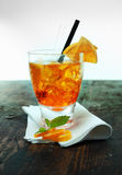 Rum e cocktail alaranjado em um contador da barra Foto de Stock