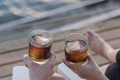 Rum e cola na plataforma Fotografia de Stock Royalty Free